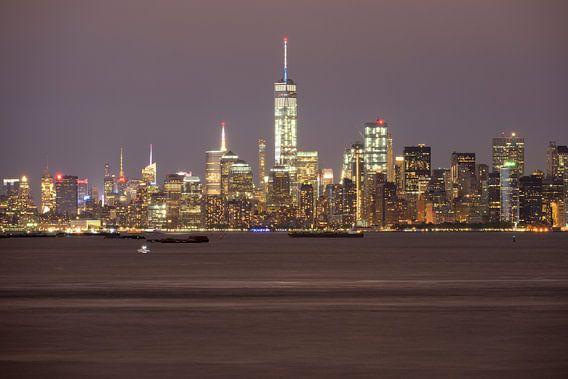 Manhattan Skyline in New York in de avond gezien vanaf Staten Island van Merijn van der Vliet