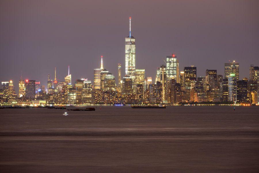 Manhattan Skyline in New York in de avond gezien vanaf Staten Island