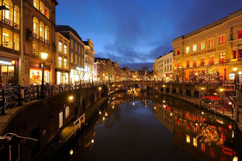 Oudegracht in Utrecht gezien vanaf de Stadhuisbrug met de Winkel van Sinkel rechts van Donker Utrecht