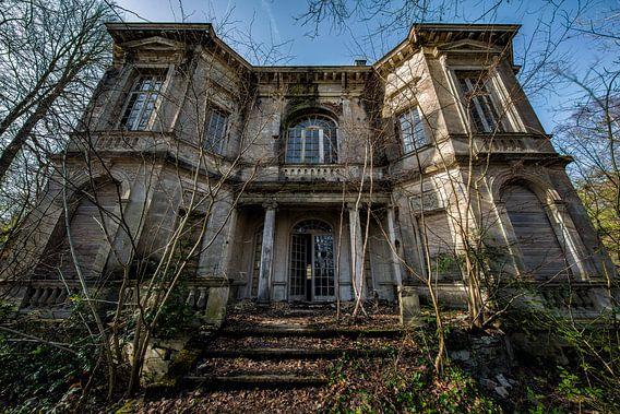 Een oud spookachtig verlaten urbex huis
