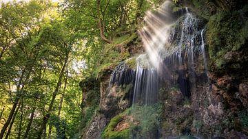 Lichtstrahlen am Uracher Wasserfall [Querformat] von Severin Frank Fotografie