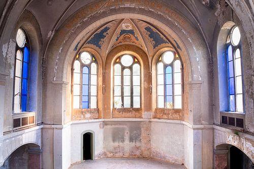 Eglise abandonnée avec des nuances de bleu.