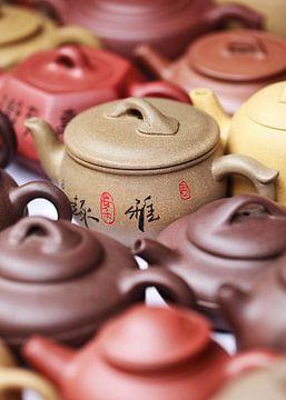 Versierde terracotta potten op een Chinese rommelmarkt van Tony Vingerhoets