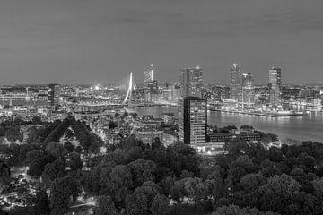 Rotterdam Skyline am Abend schwarz-weiß von Michael Valjak