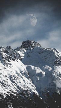 Maan boven de alpen. von Olivier Peeters