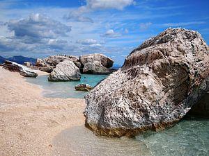 Grote rotsblokken op een strand op Sardinië