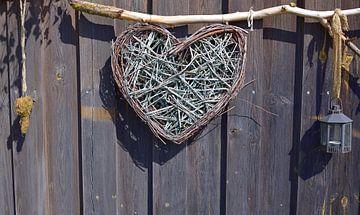 Ein rustikales Herz vor einer Wand aus Holz von Ulrike Leone