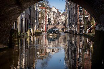 Kijkje onder de Gaardbrug over de Oudegracht richting Maartensbrug in Utrecht van De Utrechtse Grachten