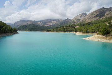 Türkisblaues Wasser und Berglandschaft