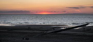 Ondergaande zon te Westende-bad van Ronald De Neve