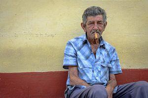 Havana rokende man in Trinidad van Merijn Koster