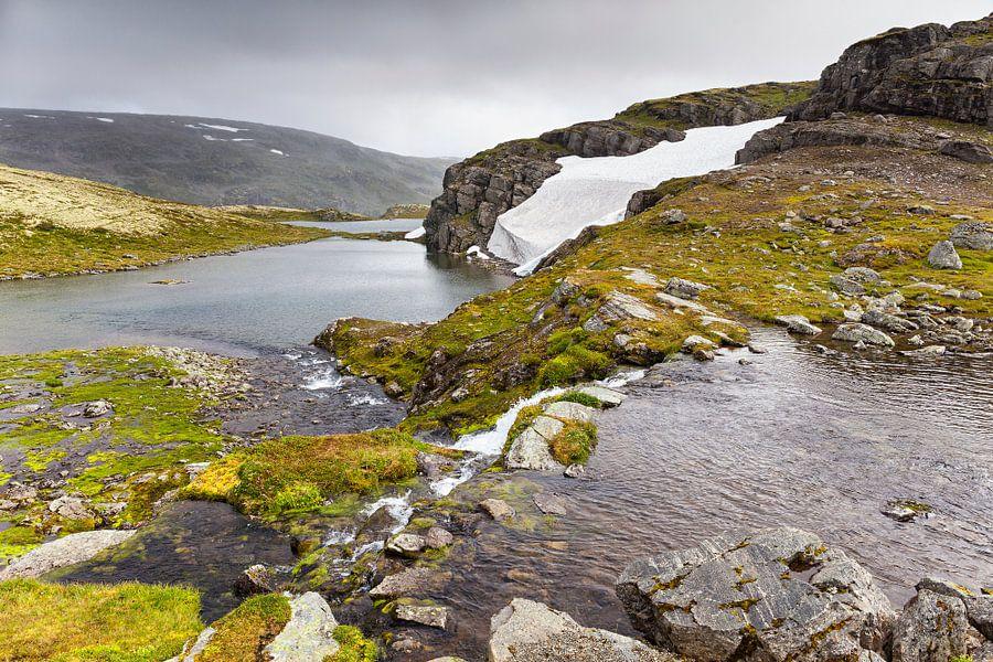 """Flotvatnet meer langs de """"Sneeuwweg"""" in Noorwegen van Evert Jan Luchies"""