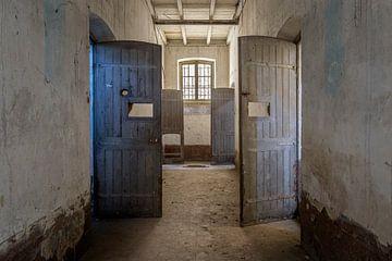 die Türen eines verlassenen Gefängnisses. von Kristof Ven