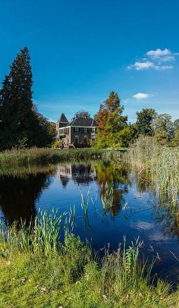 Staand panorama van Huis Boekesteyn met vijver in 's-Graveland, Nederland