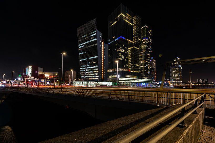 Rotterdam bij Nacht vanaf de Erasmusbrug. van Brian Morgan