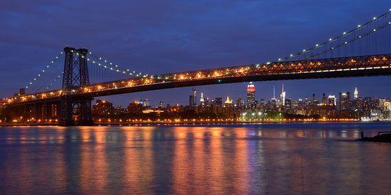 Williamsburg Bridge in New York met Midtown Manhattan skyline, panorama