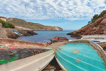 Boten bij Cala Carbo, Mallorca van Inge van der Hart Fotografie