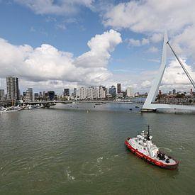 Skyline van Rotterdam met sleepboot op de voorgrond van W J Kok