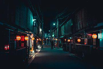 Lampionnetjes in een donkere straat in Kyoto van Mickéle Godderis