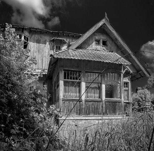 Wooden house in black and white van Olivier Van Cauwelaert