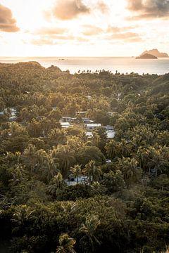 Klein dorp op Fiji tijdens zonsondergang. van Niels Rurenga