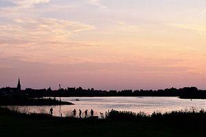 Zonsondergang silhouetten  zomeravond aan de Lek bij Ameide van Maud De Vries