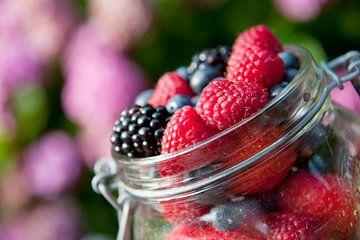 Fruits de forêt mélangés en pot sur Ivonne Wierink