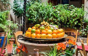 schaal met fruit op een terras in spanje