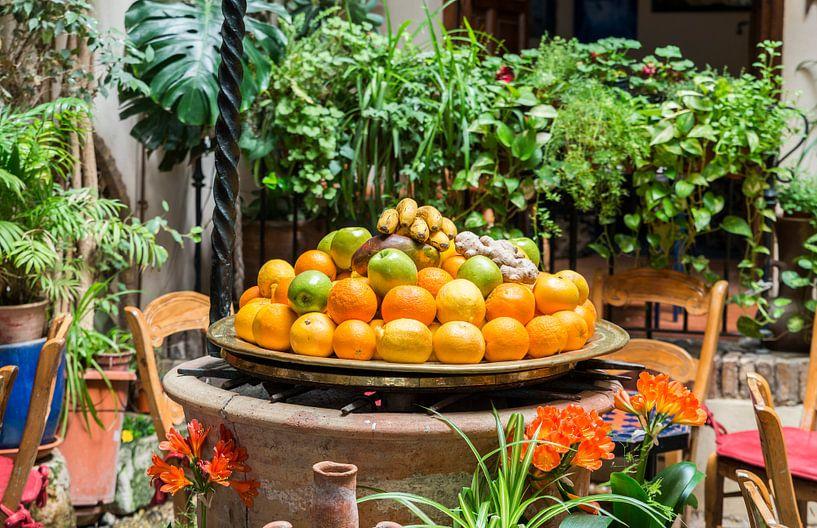 schaal met fruit op een terras in spanje van ChrisWillemsen