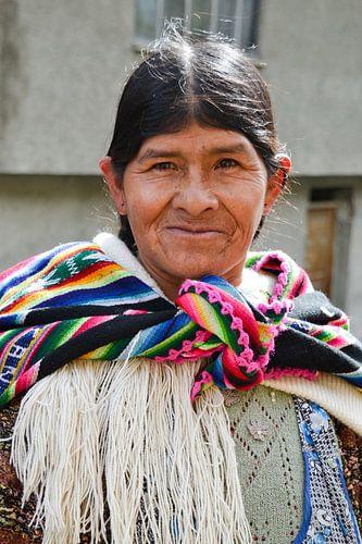 Vrouw met kleurige omslagdoek, Bolivia