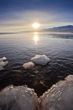 Blaues Eis vor den Ufern des Baikalsees von Michael Semenov