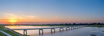 Panoramisch uitzicht over een brug over het Reevediep meer bij zonsondergang van Sjoerd van der Wal