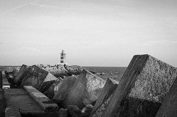 Pier IJmuiden, zwart wit. van Paul de Vos
