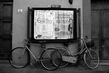 Sfeerbeeld fietsen opera affiche in Florence Italië zwart/wit van Edith Wijte