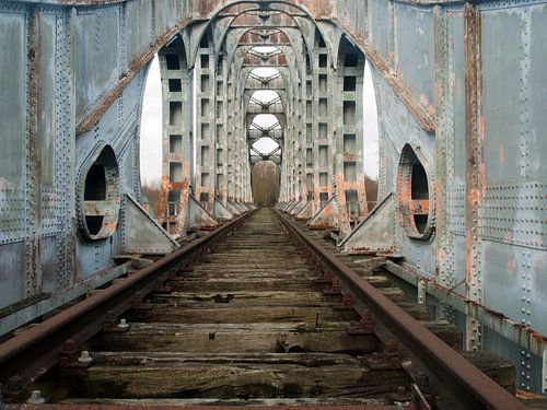 Verlaten spoorbrug van P van Beek