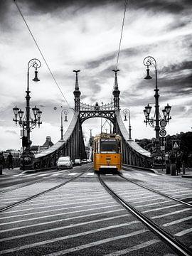 Budapest - Freiheitsbrücke mit historischer Straßenbahn