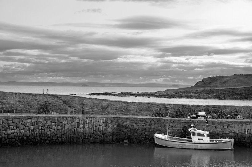 Vissersboot in haventje van Pittenweem van Herman van Ommen