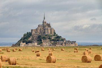 Hooibalen op de akker bij Mont Saint-Michel van