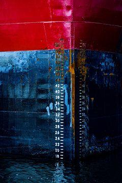 Boeg het verhaal van het schip in de haven. van scheepskijkerhavenfotografie