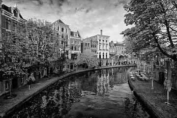 De Oudegracht in Utrecht in zwartwit van