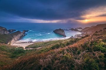 Asturien Playa de Mexota Strand bei Sonnenaufgang von Jean Claude Castor