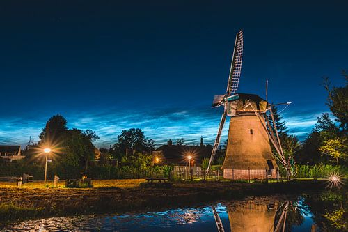 ''Zemelmolen'' moulin avec nuage noctulescent, Lisse Netherlands (landscape)