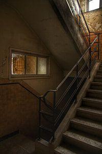 Een oude trap in een verlaten gebouw
