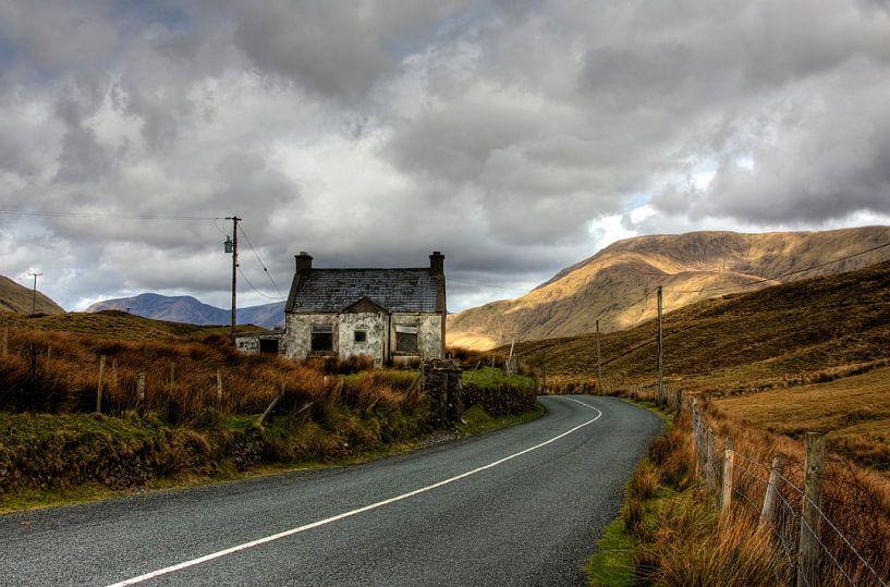Vervallen huisje in Ierland van Joke Beers-Blom