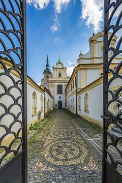 PILSEN, het Franciscaner klooster met de Maria-hemelvaart Kerk van Melanie Viola