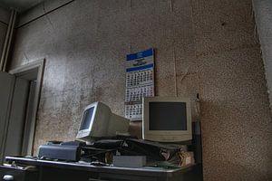 Oude computers in een verlaten kantoor