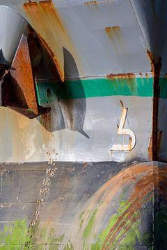 Roestige ankers aan de boeg. van scheepskijkerhavenfotografie