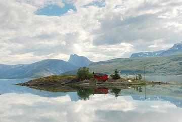 Eiland met Noorse huisjes in Noorwegen van Margreet Frowijn