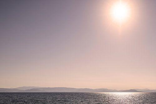 Zon met weerspiegeling in zee