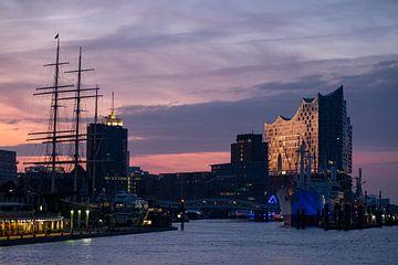 Sonnenaufgang am Hamburger Hafen von